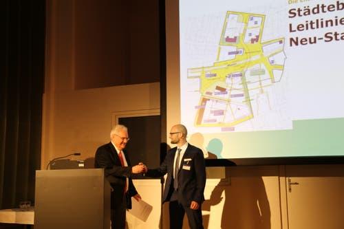 Stadtpräsident Thomas Müller(links) und Beat Käser von der Steiner AG präsentierten ihr Vorhaben am Donnerstagabend. (Bild: Jolanda Riedener)