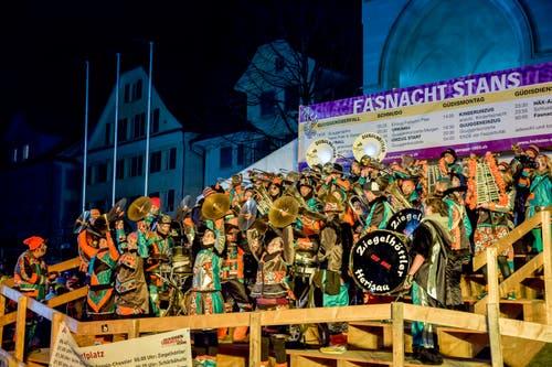Die Guggenmusik Ziegelhöttler aus Herisau vermochte nicht nur musikalisch zu überzeugen, auch ihre tanzperformenden Cinellistinnen waren der absolute Hammer. (Bild: André A. Niederberger (Stans, 23. Februar 2019))