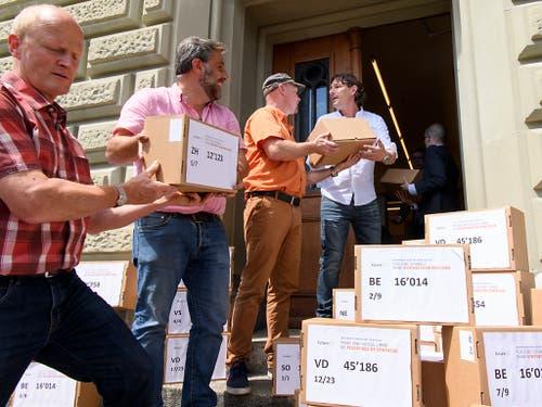 Die Initianten reichen die Unterschriften der Initiative «Für eine Schweiz ohne synthetische Pestizide» ein. (Bild: KEYSTONE/ANTHONY ANEX)