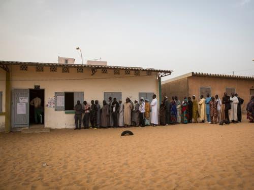 Am Sonntag gab es lange Schlangen vor den Wahllokalen bei den Präsidentschaftswahlen in Senegal. (Bild: KEYSTONE/AP/JANE HAHN)