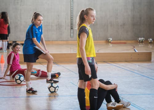 Karin Bernet verfolgt das Training der Mädchen. (Bild: Reto Martin)