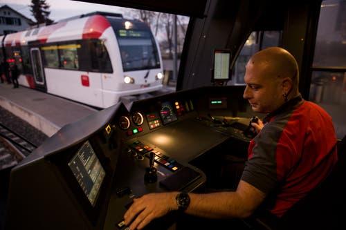 Hochkonzentriert bei der Arbeit: Marcel Trottmann, Lokführer der Frauenfeld-Wil-Bahn, im Führerstand. (Bilder: Mareycke Frehner)