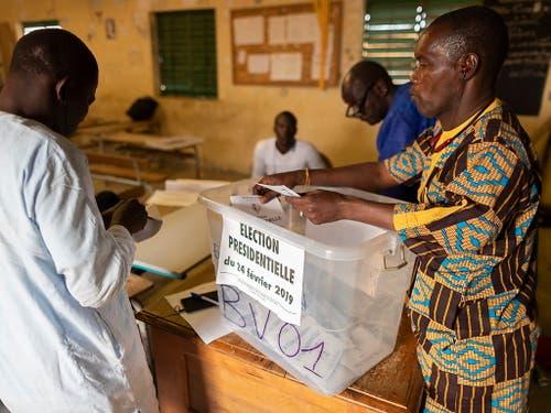 Stimmenabgabe in Senegal: Am Sonntag entschieden die Bürger des afrikanischen Landes über die Vergabe des Präsidentenpostens. (Bild: KEYSTONE/EPA/NIC BOTHMA)