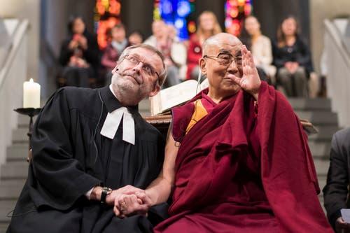Als Christoph Sigrist 1999 Ehren-Föbü wurde, war der Zürcher noch Pfarrer in St.Laurenzen. Er intiierte das Projekte Offene Kirche St.Leonhard und hielt beharrlich daran fest. Seit 2003 ist Sigrist Pfarrer am Grossmünster in seiner Heimatstadt, und begegnete in dieser Funktion 2016 dem Dalai Lama. (Bild: Keytone/Ennio Leanza)