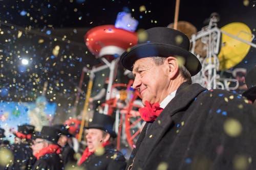 Alt Regierungsrat Willi Haag kam 2004 die Föbü-Ehre zuteil. Er wollte als eine seiner ersten grossen Taten in der Pfalz alle grossen Parkplätze mit Gebühren belegen. Trotz Widerstand der Bevölkerung krebste er nicht zurück und zeigte «Födle». (Bild: Michel Canonica)