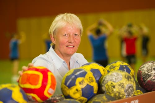 Sie ist eine waschechte Stadtsanktgallerin: Christa Zingg ist im Lachen-Quartier aufgewachsen und führte den LC Brühl als Geschäftsführerin zu grossen Erfolgen. Eine zum «Ross stäle» sei sie, schrieben die Föbüs in Zinggs Ehrung 1998. Dem LC Brühl ist sie denn auch bis heute treu, sie betreut das Sponsoring des Handball-Vereins. (Bild: Michel Canonica)