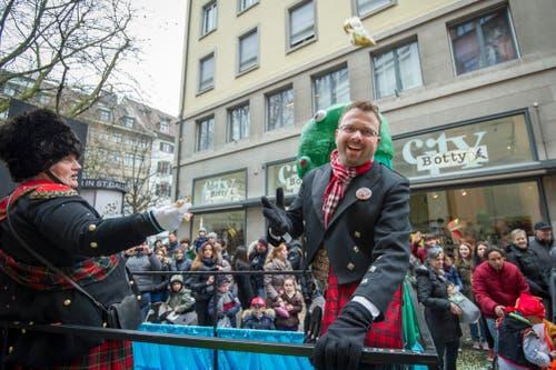 Adrian Osterwalder wurde 2014 für seine grossen Bemühungen um die «Appowila Highland Games» in Abtwil geehrt. Und dafür, dass er Anfang März 2013 Herbert Grönemeyer zum Konzert in die Region gelotst hatte. Hier lässt er sich am Umzug feiern. (Bild: Urs Bucher)