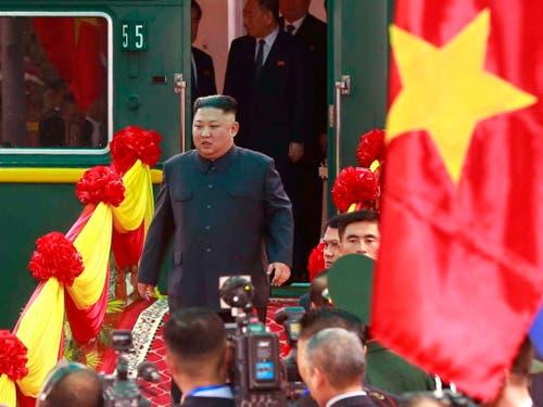 An der vietnamesischen Grenze ist der Diktator Nordkoreas Kim Jong Un am Dienstag vom gepanzerten Zug auf ein Fahrzeug umgestiegen. (Bild: KEYSTONE/EPA VIETNAM NEWS AGENCY/STR)
