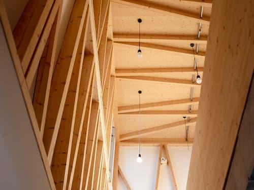 Die Holzverstrebungen wurden an der ETH von zwei Robotern vorfabriziert und zusammengesetzt. Anschliessend wurden sie als «Skelette» ganzer Räume verbaut. (Bild: KEYSTONE/WALTER BIERI)