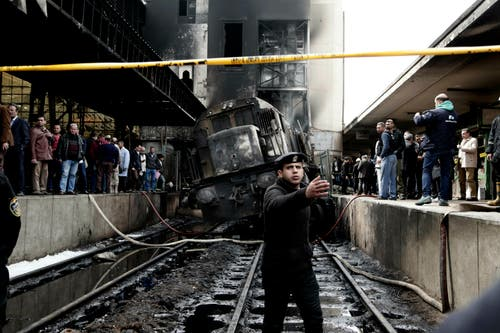 Nach dem Unglück und dem Brand der Lok versammeln sich Schaulustige auf den Perrons. Bild: Nariman El-Mofty/AP (Kairo, 27. Februar 2019)