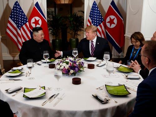 Donald Trump und Kim Jong Un beim gemeinsamen Dinner am Mittwoch in Hanoi. (Bild: KEYSTONE/AP/EVAN VUCCI)
