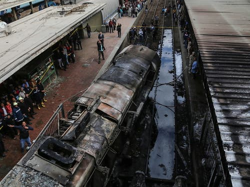 Der Zug brannte komplett aus, nachdem er in einen Betonblock gerast war. (Bild: KEYSTONE/EPA/MOHAMED HOSSAM)