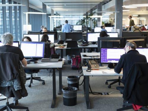 Nachrichten-Drehscheibe fürs ganze Land: Der Newsroom von Keystone-SDA in Bern. (Bild: Keystone/GAETAN BALLY)