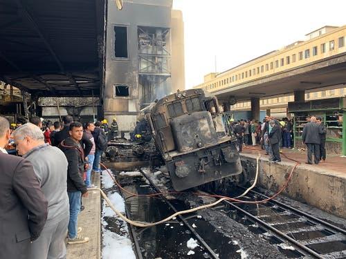 Ein zerstörter Zug im Hauptbahnhof Ramses in Kairo. (Bild: Keystone/EPA/KHALED ELFIQI)