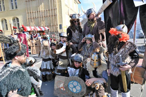 Diese Wikinger-Krieger kamen in voller Rüstung an den Umzug.