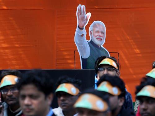 Jeder Inder soll sich wie ein Fels Destabilisierungsversuchen aus Pakistan widersetzen: Der indische Premier Narendra Modi auf Grossleinwand bei einer Ansprache vor Parteifunktionären seiner hindu-nationalistischen Partei. (Bild: KEYSTONE/AP/MANISH SWARUP)