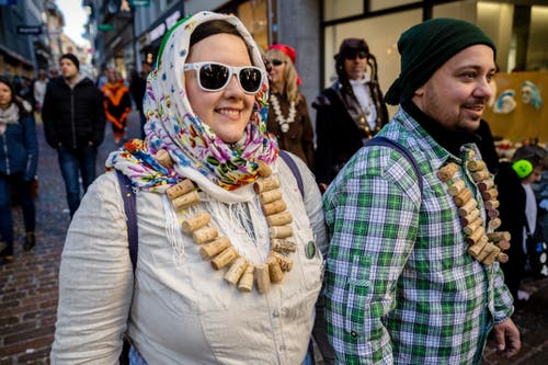 Der Schmutzige Donnerstag in der Stadt Luzern: Farbenfroh, ausgefallen, rüüüdig. (Bild: Philipp Schmidli)