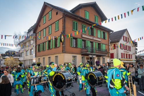 Die Guggenmusik Möblö auf dem Dorfplatz. (Bild: Christian H. Hildebrand, (Unterägeri, 28.Februar 2019))