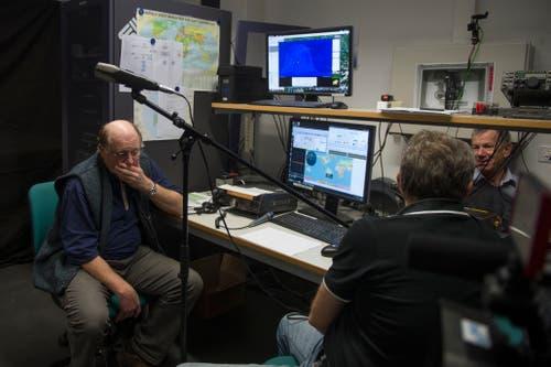 Volle Konzentration im Funkraum: Die Amateurfunker bereiten sich auf den Kontakt mit dem Astronauten vor. (Bilder: Dominik Wunderli (Horw, 4. Februar 2019))