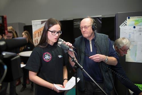 Eine weitere Schülerin spricht mit David Saint-Jacques. Sie hat nur wenig Zeit, ihre Frage zu stellen. (Bilder: Dominik Wunderli (Horw, 4. Februar 2019))