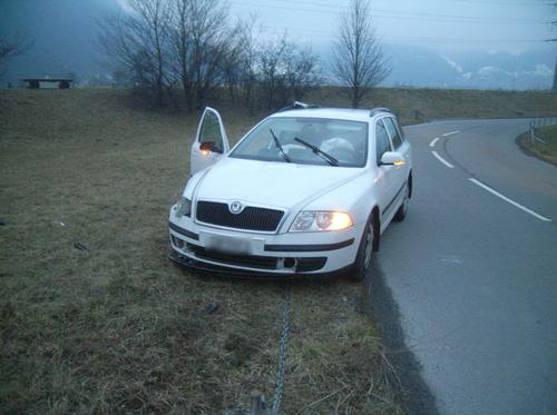 Seedorf - 2. FebruarEin Autofahrer hat aus unbekannten Gründen die Kontrolle über sein Fahrzeug verloren und einen Betonposten gerammt. Verletzt wurde niemand. Der Sachschaden beträgt 13'000 Franken. (Bild: Kantonspolizei Uri)