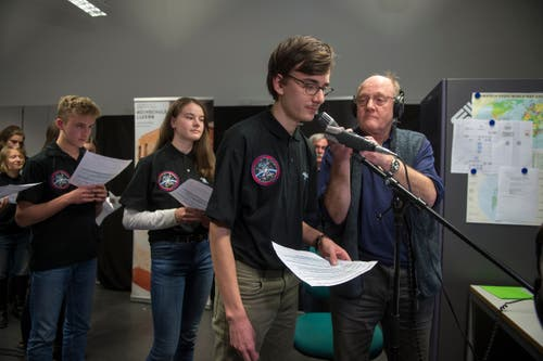 Der Amateurfunker Armin Rösch (rechts) stellt sicher, dass die Stimmen der Schüler ins All gelangen. (Bilder: Dominik Wunderli (Horw, 4. Februar 2019))