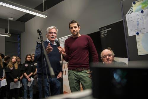Mathe- und Physiklehrer Kevin Zihlmann (rechts) lässt sich vom Amateurfunker Hanspeter Nägeli die technischen Details erläutern. (Bilder: Dominik Wunderli (Horw, 4. Februar 2019))