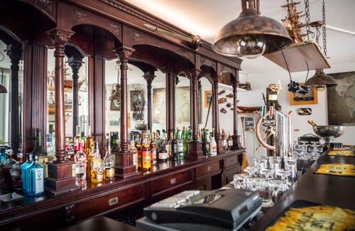 Die Theke des neuen Nichtraucherlokals im oberen Bereich der Bar. (Bild: Andrea Stalder)