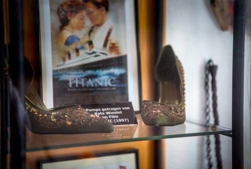 Ersteigerte Originalschuhe von Kate Winslet aus dem Film Titanic. (Bild: Andrea Stalder)