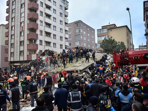 Beim Einsturz eines mehrstöckigen Wohnhauses in Istanbul sind am Mittwoch mehrere Menschen verletzt worden. (Bild: KEYSTONE/AP DHA)