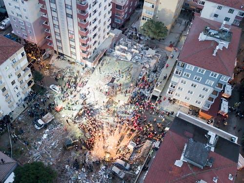 Ein riesiger Schutthaufen und fast 100 Retter waren am Mittwoch in Istanbul im Einsatz nachdem ein hohes Wohnhaus eingestürzt war. (Bild: KEYSTONE/EPA/TOLGA BOZOGLU)