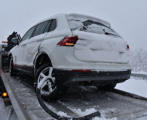 Flühli - 3. FebruarAuf dem Weg von Schüpfheim nach Sörenberg ist ein Auto auf schneebedeckter Strasse weggerutscht und mit einem entgegenkommenden Auto kollidiert. Der Lenker dieses Autos wurde leicht verletzt. (Bild: Luzerner Polizei)