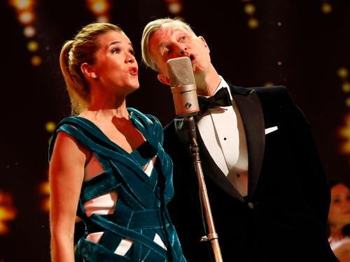 Bei der Eröffnung der Berlinale haben Moderatorin Anke Engelke und Sänger Max Raabe den scheidenden Festivaldirektor Kosslick mit einem Lied begrüsst. (Bild: KEYSTONE/EPA/FELIPE TRUEBA)