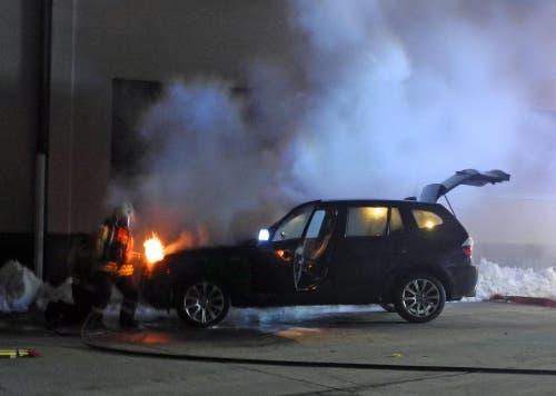 Oberarth - 6. FebruarAn der Poststrasse in Oberarth ist am frühen Mittwochabend ein Personenwagen in Brand geraten. Die Feuerwehr konnte den Brand rasch lösen, die drei Fahrzeuginsassen blieben unverletzt. (Bild: Kantonspolizei Schwyz)