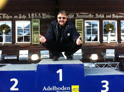 Immer für einen Spass zu haben: Marco Lucchi auf dem Podest beim Skirennen in Adelboden. (Bild: PD)