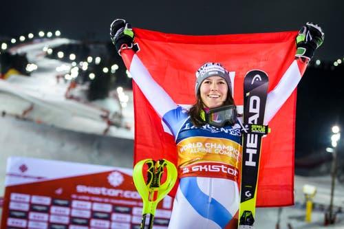 Gold in der WM-Kombination, das ist keine Überraschung: Wendy Holdener mit der Schweizer Fahne. (Bild: Jean-Christophe Bott / Keystone)