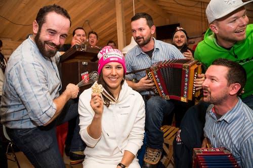 Wendy Holdener feiert mit dem Fanclub. (Bild: Jean-Christophe Bott / Keystone)