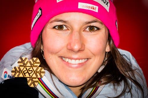 Wendy Holdener mit der WM-Goldmedaille. (Bild: Jean-Christophe Bott / Keystone)