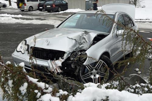 Littau - 7. FebruarEin 14-Jährige baute mit dem Auto seiner Eltern einen Selbstunfall. Der Teenager wurde leicht verletzt, der Sachschaden beträgt über 30'000 Franken. (Bild: Luzerner Polizei)