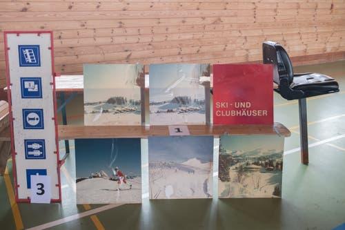 Grosser Beliebtheit erfreuten sich alte Schilder und Plakate. (Bild: Boris Bürgisser, Stoos, 9. Februar 2019)