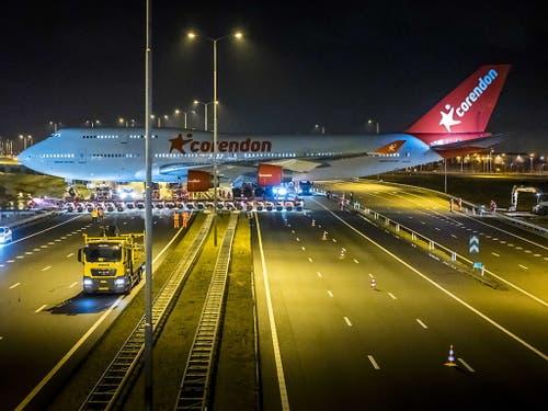 Auf seiner letzten Reise überquert ein ausrangierter Jumbo eine Autobahn in den Niederlanden. (Bild: KEYSTONE/EPA ANP/LEX VAN LIESHOUT)