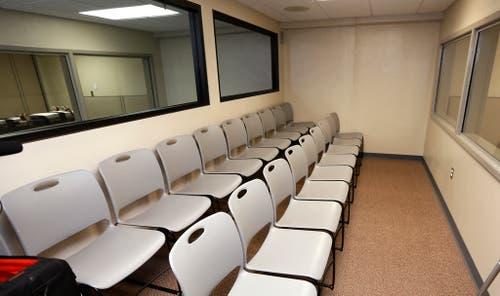 Von diesen Stühlen aus können Zeugen im Gefängnis von McAlester, Oklahoma, Exekutionen mitverfolgen. (Bild: Keystone)