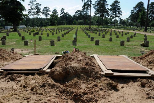 Die nächsten Gräber sind ausgehoben: Der Gefängnisfriedhof von Huntsville, Texas. Hier werden Hingerichtete bestattet, welche von ihren Familien nicht anderswo beerdigt werden. (Bild: Keystone)