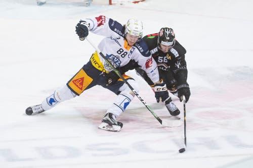 Zugs Sven Senteler (links) und Luganos Romain Loeffel kämpfen beide mit vollem Körperiensatz. (Bild: KEYSTONE/Ti-Press/Pablo Gianinazzi, Lugano, 1. März 2019)