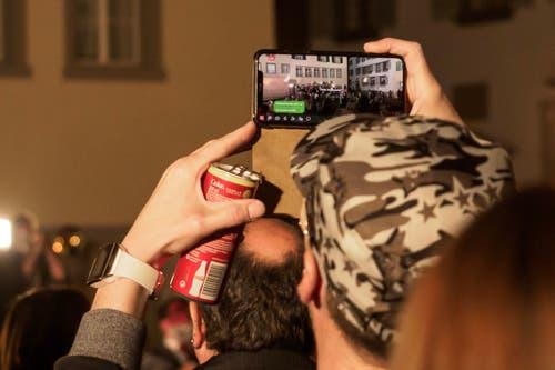 Manche Zuschauer hielten das Gschehen am Städtli-Monster in Lichtensteig mit ihren Smartphones fest. (Bild: Sascha Erni, 28. Februar 2019)