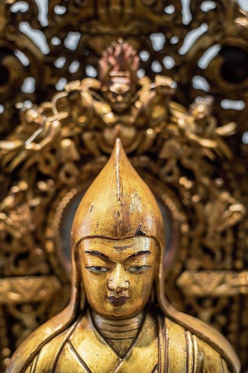 Holzskulptur des siebten Dalai Lama (Nordchina, Mitte 18. Jahrhundert).