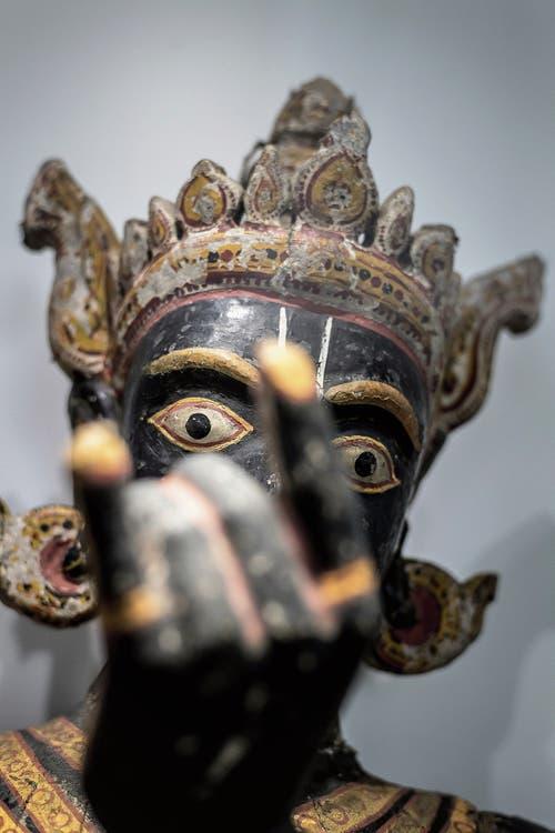 Flötenspielender Krishna (Indien, Andhra Pradesh, 19. oder frühes 20. Jahrhundert).