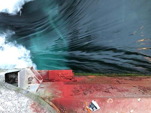 Das rote Pulver Uranin liess das Wasser grün erscheinen. (Bild: Luzerner Polizei)