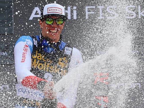 Ramon Zenhäusern lässt die Korken knallen (Bild: KEYSTONE/AP/MARCO TROVATI)