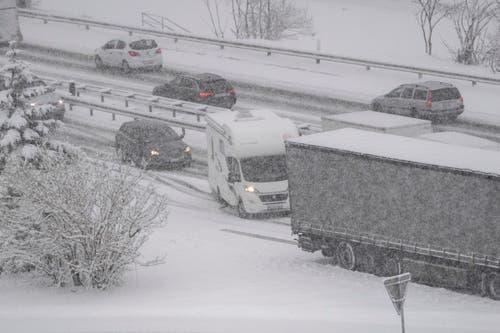 Lastwagen und andere Fahrzeuge bleiben auf der rutschigen Fahrbahn stehen, auf der Autobahn A2 zwischen Amsteg und Göschenen am Montag, 11. März 2019. (Bild: Keystone/Urs Flüeler)
